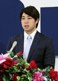 契約更改交渉後、記者会見する広島の野村祐輔投手(17日、マツダスタジアム)=共同