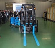 公開された燃料電池フォークリフトと簡易水素充填機(17日、富山県高岡市の伏木海陸運送)