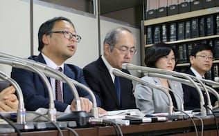 提訴後に記者会見する消費者機構日本の役員ら(17日、東京都内)