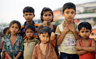 隣国に逃れたロヒンギャの子供たちは難民キャンプの劣悪な環境下で暮らす(バングラデシュのコックスバザール)=ロイター