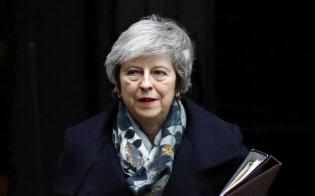 17日、首相官邸を出て議会に向かうメイ英首相(ロンドン)=AP