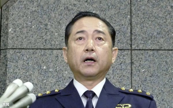 記者団の取材に応じる山崎幸二陸上幕僚長(18日午前、防衛省)=共同