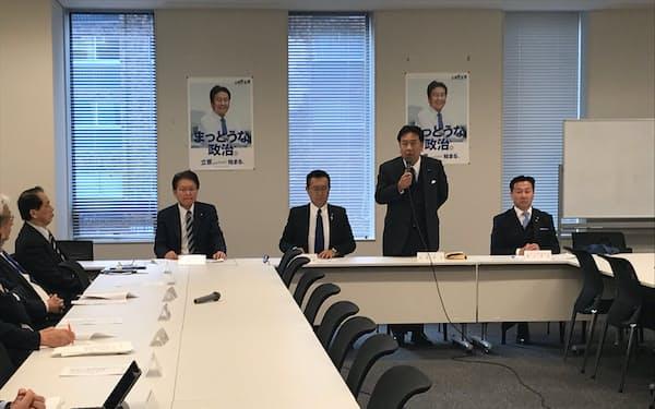立憲民主党常任幹事会であいさつする枝野幸男代表(18日、国会内)