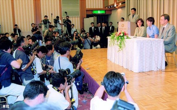 日本水泳連盟による代表選考が不透明だとしてスポーツ仲裁裁判所に訴え出た(裁定を受けて2000年8月に開いた記者会見、演台中央が千葉すず・当時24歳)