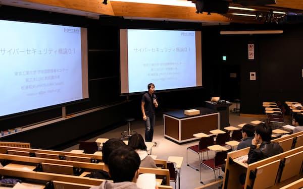 授業で学生にサイバーセキュリティーの必要性を訴える東工大の松浦准教授