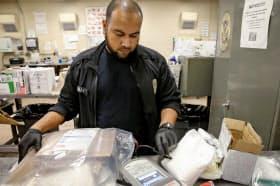 違法薬物の合成フェンタニルが輸入されていないかを大量の航空便の中から検知するのは難しい(写真は米ニューヨークのJFK空港にて)=ロイター