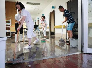 浸水した病院から水をかき出す職員ら(9月4日、大阪市住之江区の咲洲病院)