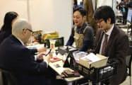 日本生命保険のイベントで商談する参加企業(18日、仙台国際センター)