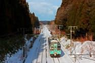 鉄道防雪林の中を行く列車(狩場沢―野辺地駅間)