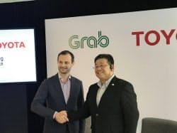 提携拡大を発表するトヨタの松田進氏(右)とグラブのラッセル・コーエン氏(18日、シンガポール)