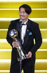 Jリーグの年間表彰式であいさつする、最優秀選手賞を初受賞した川崎・家長昭博(18日、横浜アリーナ)=共同