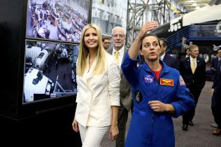米ヒューストンにあるジョンソン宇宙センターを視察するイバンカ大統領補佐官(左)=ロイター