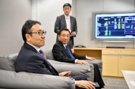 ソフトバンクの初値を見届ける宮内謙社長(野村証券本社のトレーディングルーム)