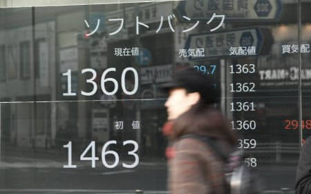 上場初日、1360円台で午前の取引を終えたソフトバンクの株価(19日午前11時30分、東京都新宿区)