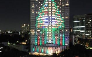 グランドプリンスホテル赤坂に点灯するクリスマスツリーのイルミネーション(2010年11月、東京都千代田区)