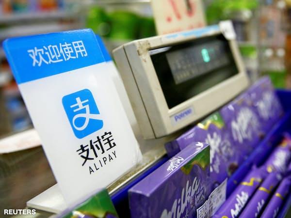中国ではアリペイなどスマホを使う決済が普及している(上海市で)=ロイター
