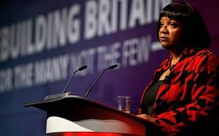 英国人女性の中で中傷ツイートの被害件数が最も多かった影の内務大臣ダイアン・アボット氏(労働党)。昨年、同氏に言及した中傷ツイートは、推定3万件に及んだ=ロイター