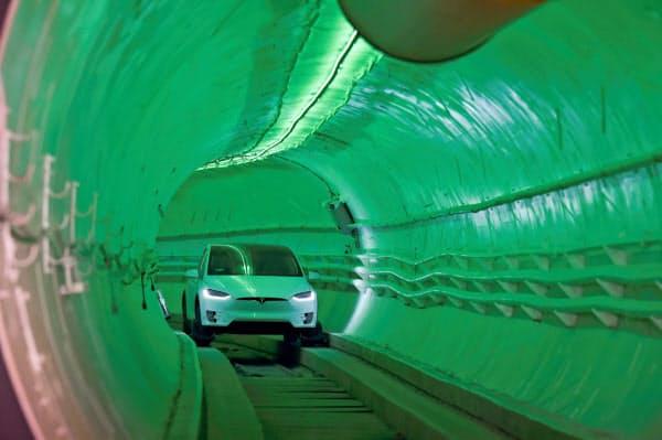 米ボーリング・カンパニーが完成させた試験トンネルを走るテスラ製EV=ロイター
