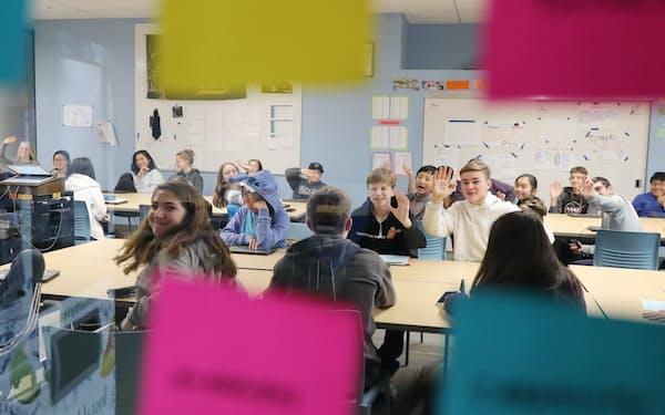 オラクルが支援するデザイン・テック・ハイスクールで学ぶ生徒たち。「デザイン思考」で問題解決能力を磨く(米シリコンバレー)=今井拓也撮影
