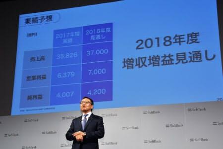2018年度の業績予想について説明するソフトバンクの宮内謙社長(19日午後3時57分、東京都中央区)