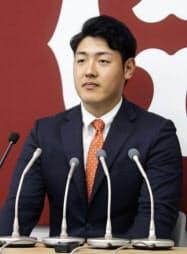 契約更改交渉を終え、記者会見する巨人の岡本(19日、東京・大手町の球団事務所)=共同