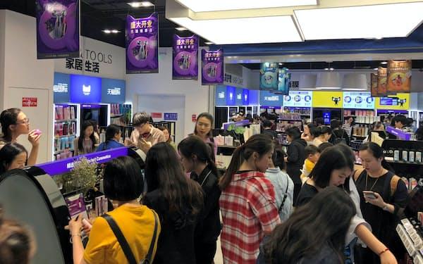 アリババは越境EC向けの輸入商品を紹介する店舗を展開する(中国の杭州市)