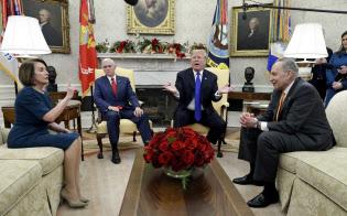 11日に中間選挙後初めてトランプ氏と会談する民主党のペロシ下院院内総務(左端)とシューマー上院院内総務(右端)。ルース氏は民主党は格差問題に取り組むべきだと指摘する=AP