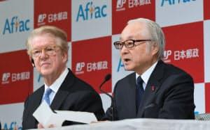 記者会見で出資を発表する日本郵政の長門正貢社長(右)とアフラック・インコーポレーテッドのダニエル・エイモス会長(19日午後、東京都港区)