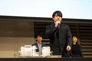 パビリオン構想について説明するWAKAZOのメンバーら(11月、大阪市内)