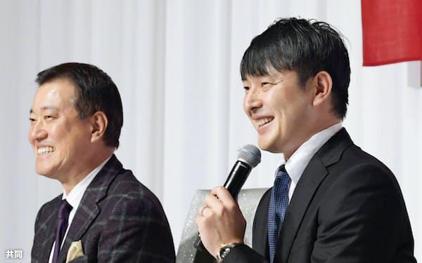 巨人の原辰徳監督(左)と入団記者会見に臨み、笑顔を見せる岩隈久志投手(19日、東京都内のホテル)=共同