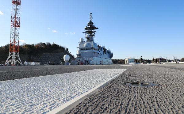 戦闘機の離着陸に耐えられるよう改修される護衛艦「いずも」の甲板