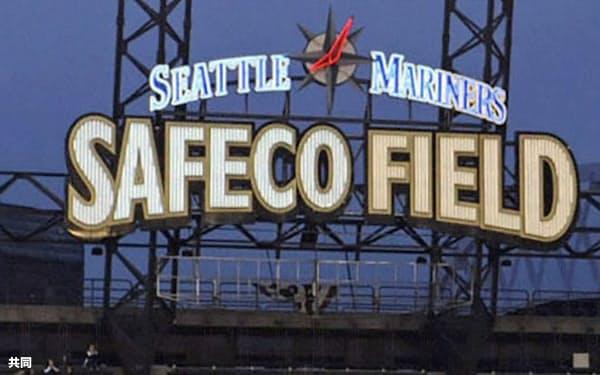 2009年、セーフコ・フィールドで声援に応えるマリナーズのイチロー=左(シアトル)=共同