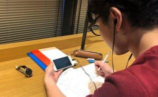 ジンズのメガネ型端末を着用して勉強中の集中度を測った(リクルートマーケティングパートナーズ提供)