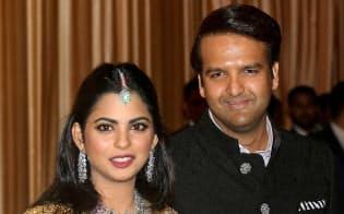 インド一の資産家、ムケシュ・アンバニ氏の娘、アイシャさん(左)の結婚式の費用は1億ドルかかったとも噂された=ロイター