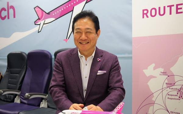 取材に応じるピーチ・アビエーションの井上慎一最高経営責任者(CEO)