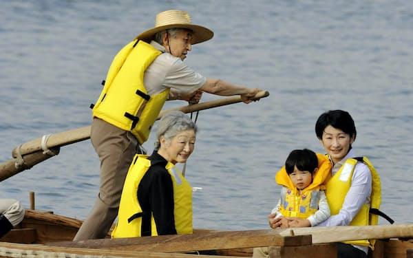 皇后さま、秋篠宮妃紀子さま、悠仁さまを乗せ和船をこぐ天皇陛下(2009年9月14日、神奈川県葉山町)