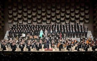 第九に出演する合唱団と来年、ブラームスに取り組む(2017年12月)=飯島 隆撮影