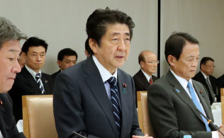 経済財政諮問会議であいさつする安倍首相(20日、首相官邸)