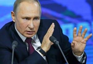 20日、年次記者会見で質問に答えるプーチン大統領=AP