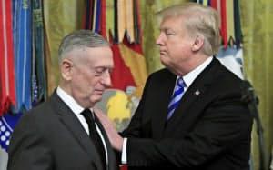 マティス国防長官(左)とトランプ大統領(10月、米海兵隊ベイルート兵舎爆撃35周年の式典で)=AP