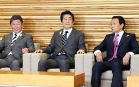 閣議に臨む安倍首相(21日午前、首相官邸)
