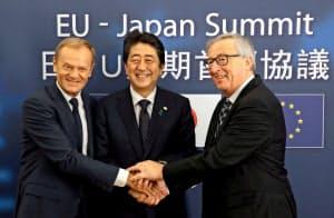 安倍晋三首相とトゥスクEU大統領(左)とユンケル欧州委員長(右)=ロイター
