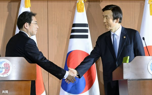 共同記者発表を終え握手する当時の岸田外相(左)と韓国の尹炳世外相(2015年12月28日、ソウルの韓国外務省)=共同