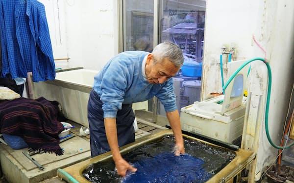 伝統製法にのっとった藍染めにこだわる紺邑の大川さん