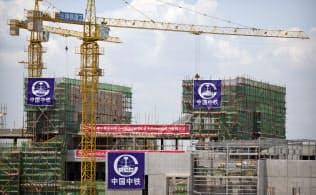 パプアニューギニアのポートモレスビーで中国資本が進めるインフラ整備。こうした世界中のインフラ計画に資金を出そうとする中国の大々的な取り組みに、世銀が手を貸しているという批判が高まっている=AP