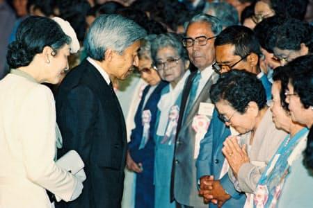 沖縄平和祈念堂で戦没者遺族に声をかける天皇、皇后両陛下(1993年4月、沖縄県糸満市)