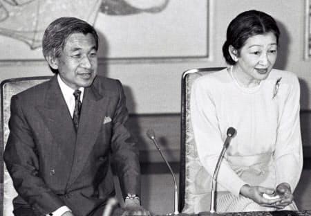 即位後、記者会見する天皇、皇后両陛下(1989年8月4日、皇居・宮殿)