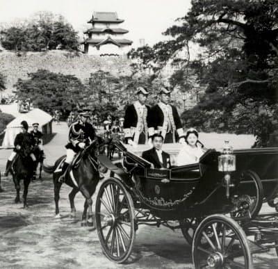 結婚の儀を終えパレードに出発されるご夫妻(1959年4月10日)