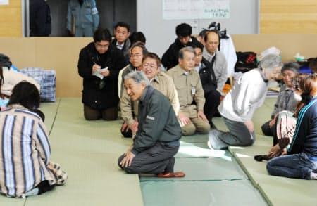 東日本大震災の被災地を訪問した天皇、皇后両陛下。国民と同じ目線で寄り添う姿勢は一貫して変わらない(2011年5月、岩手県宮古市)