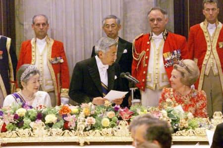 晩さん会でお言葉を述べる天皇陛下。右はベアトリックス女王(2000年5月、アムステルダム王宮)